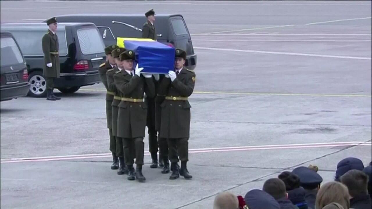 Corpos de ucranianos mortos em queda de avião chegam ao país
