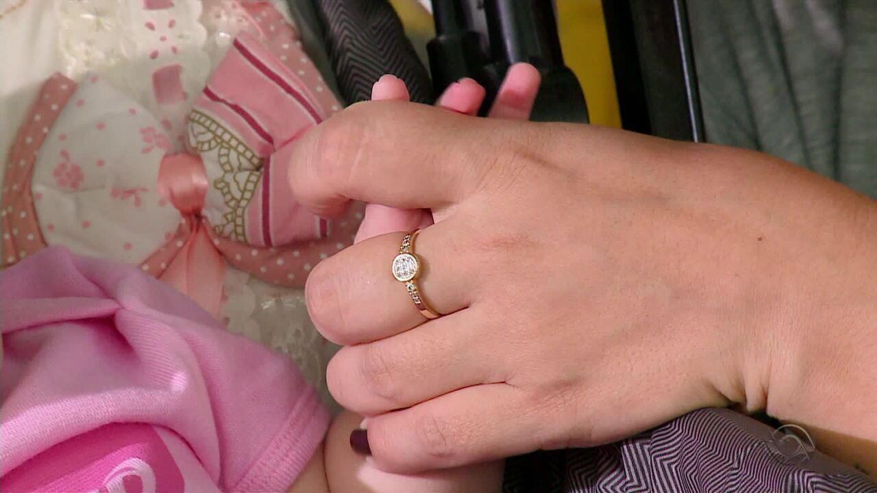 Casal incentiva a doação de medula óssea para salvar vidas como as de seus filhos