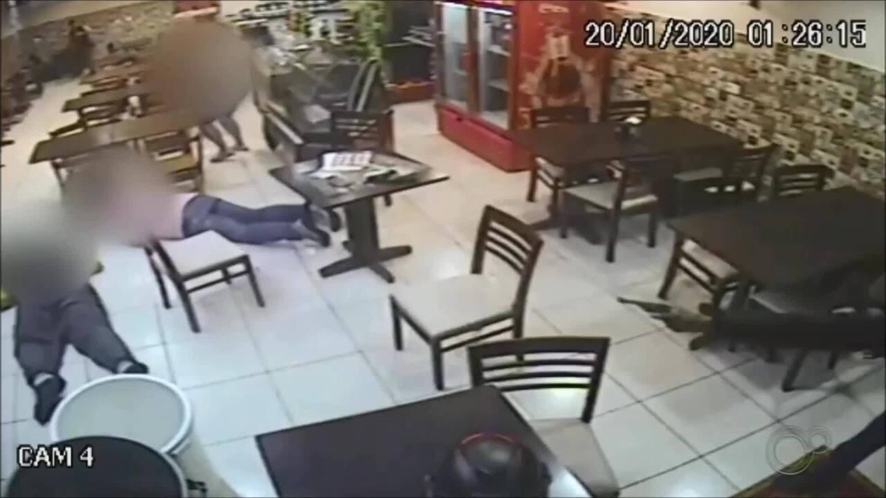 Vídeo mostra criminoso atirando em pessoas dentro de lanchonete em Boituva