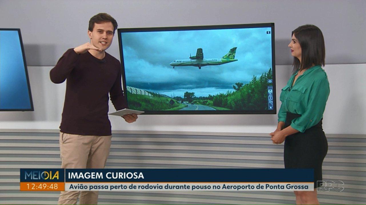 Foto mostra avião passando próximo à rodovia durante pouso no Aeroporto de Ponta Grossa