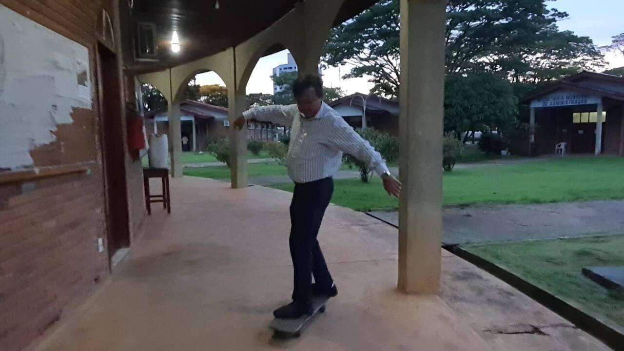 Prefeito de Vilhena aproveita fim do expediente para andar de skate