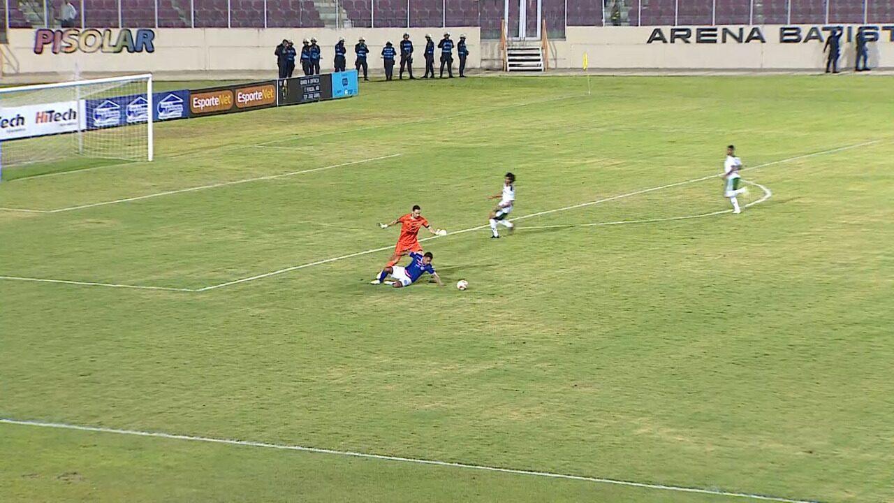 Goleiro Welligton evita gol de Renan Gorne