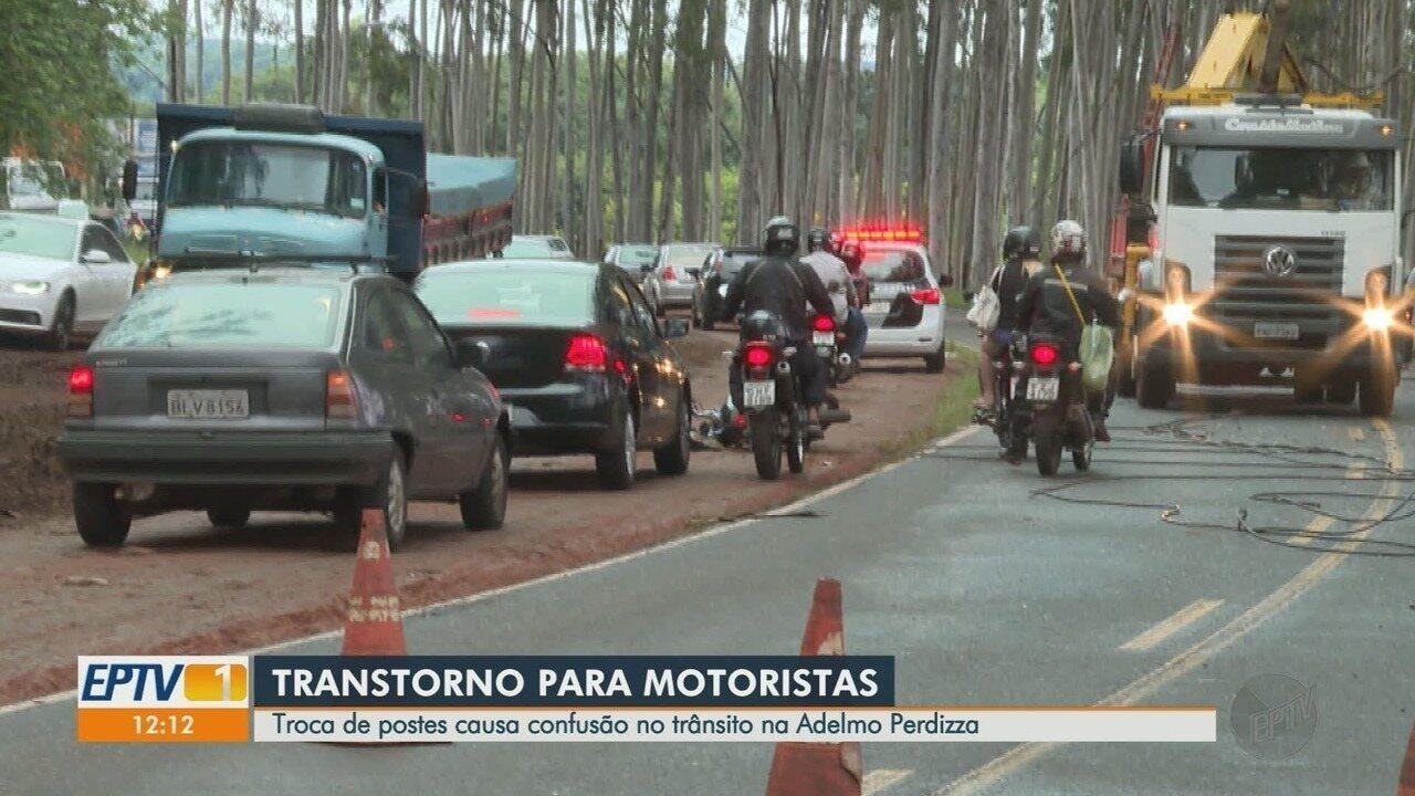 Queda de postes causa confusão na Avenida Adelmo Perdizza em Ribeirão Preto