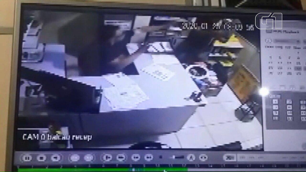 Câmera de monitoramento registrou quando o vereador esfaqueou o empresário