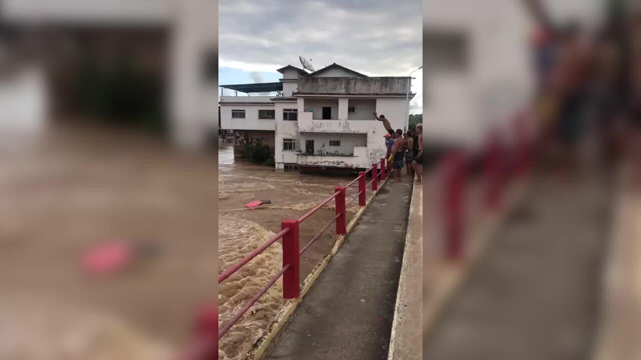 Vídeo registra momento em que jovens pulam no rio Muriaé em Itaperuna