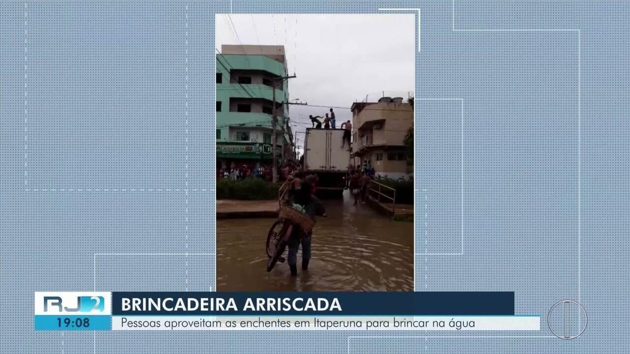 Vídeo registra brincadeira perigosa de pessoas pulando de um caminhão-baú em Itaperuna