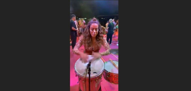Anitta toca percussão durante ensaio de carnaval em São Paulo