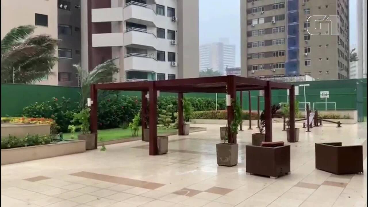 Chuva acompanhada de fortes ventos marca a manhã de domingo na Grande Fortaleza