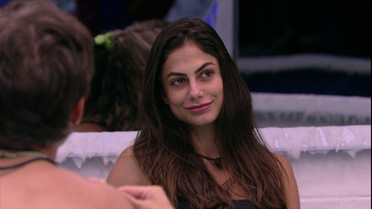 Mari questiona sobre ficar com alguém da casa: 'Se eu não namorasse sim'