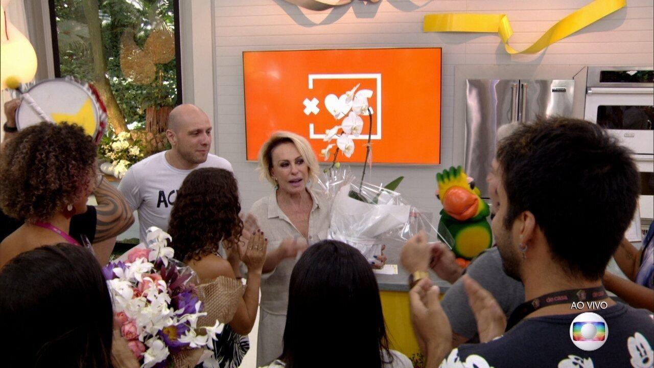 Ana Maria é homenageada pela equipe do Mais Você