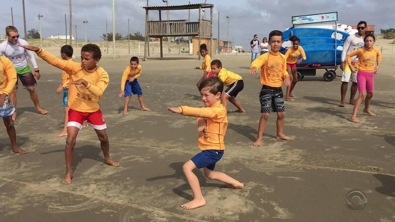 Projeto dá aula de surfe na Praia do Mar Grosso para crianças em vulnerabilidade social