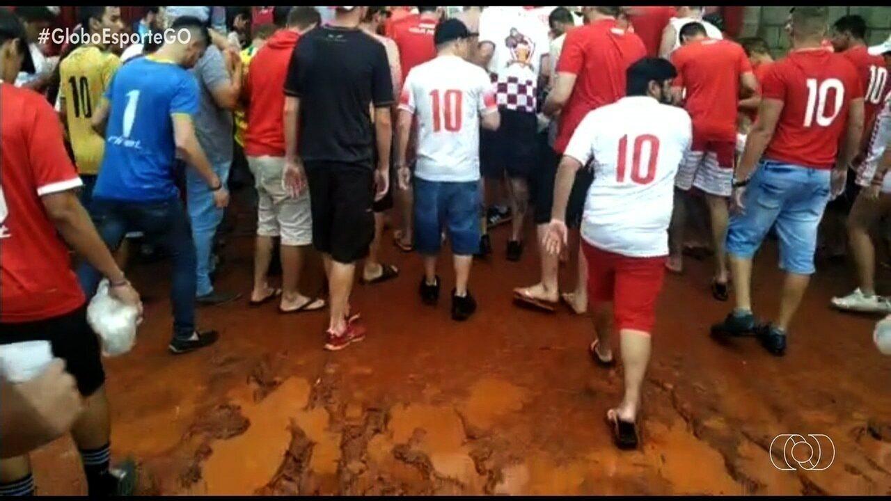 """""""Vc vê no GE"""" mostra torcida do Vila Nova enfrentando lama na saída do OBA"""