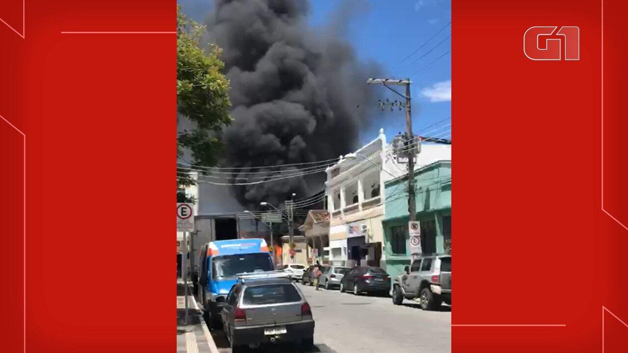 Incêndio em construção mobiliza bombeiros no Centro de Lorena