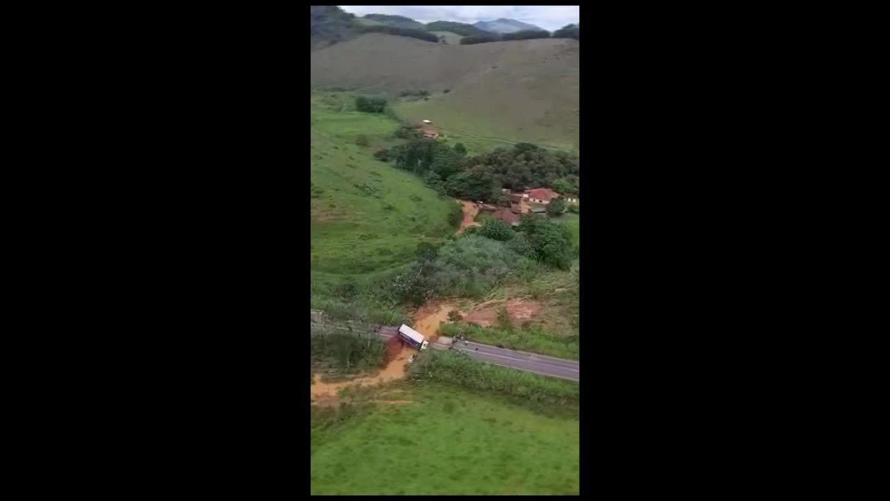 Mulher é levada pela água na MG-133 em Tabuleiro