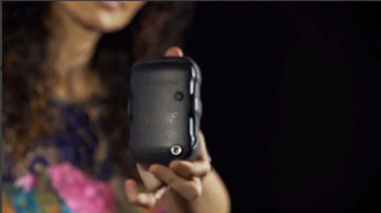 Mulheres vítimas de violência no RJ recebem botão do pânico e visitas surpresas de policia