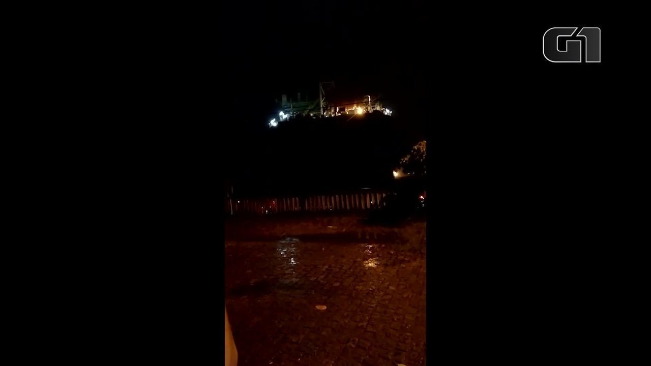 Navio-plataforma se desloca durante a chuva para a orla de Boa Viagem, em Niterói