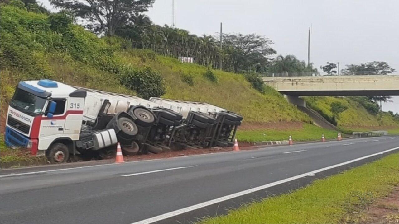 Caminhão carregado de soja tomba na Marechal Rondon em Bauru