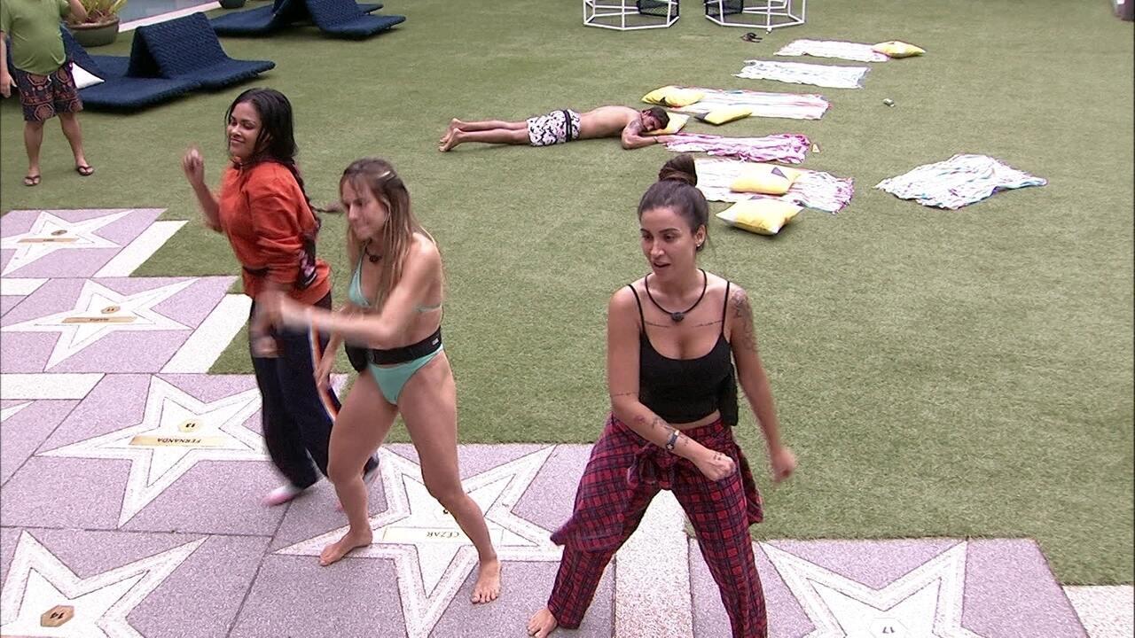 Mari, Flayslane, Bianca e Gabi dançam no jardim do BBB20