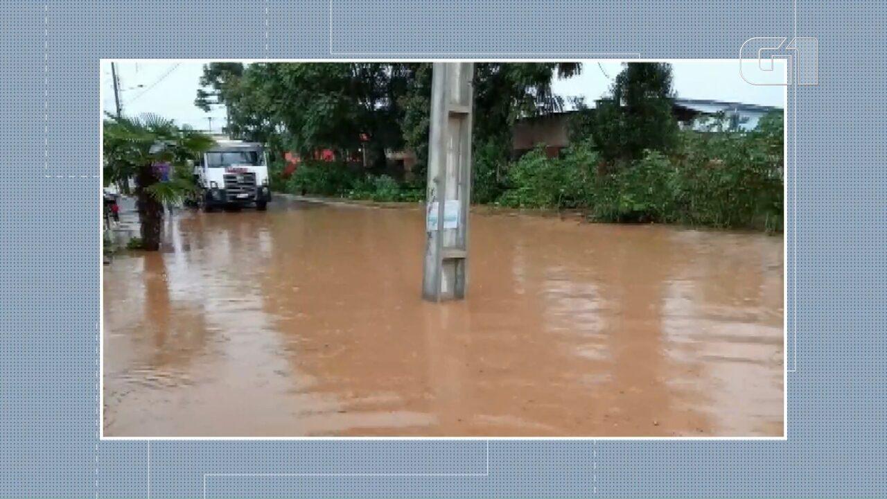 Chuva forte causa alagamentos em Almirante Tamandaré; VÍDEOS