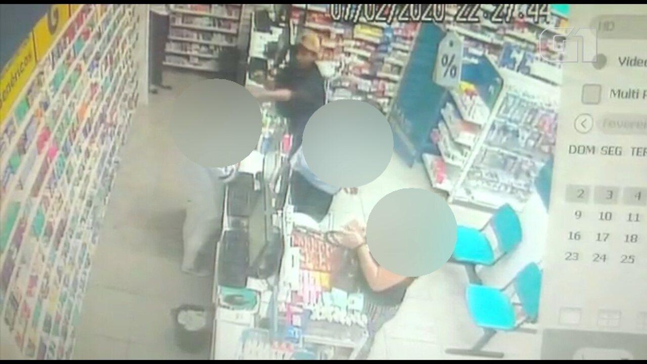 Jovem armado assalta casal dentro de farmácia em Bauru