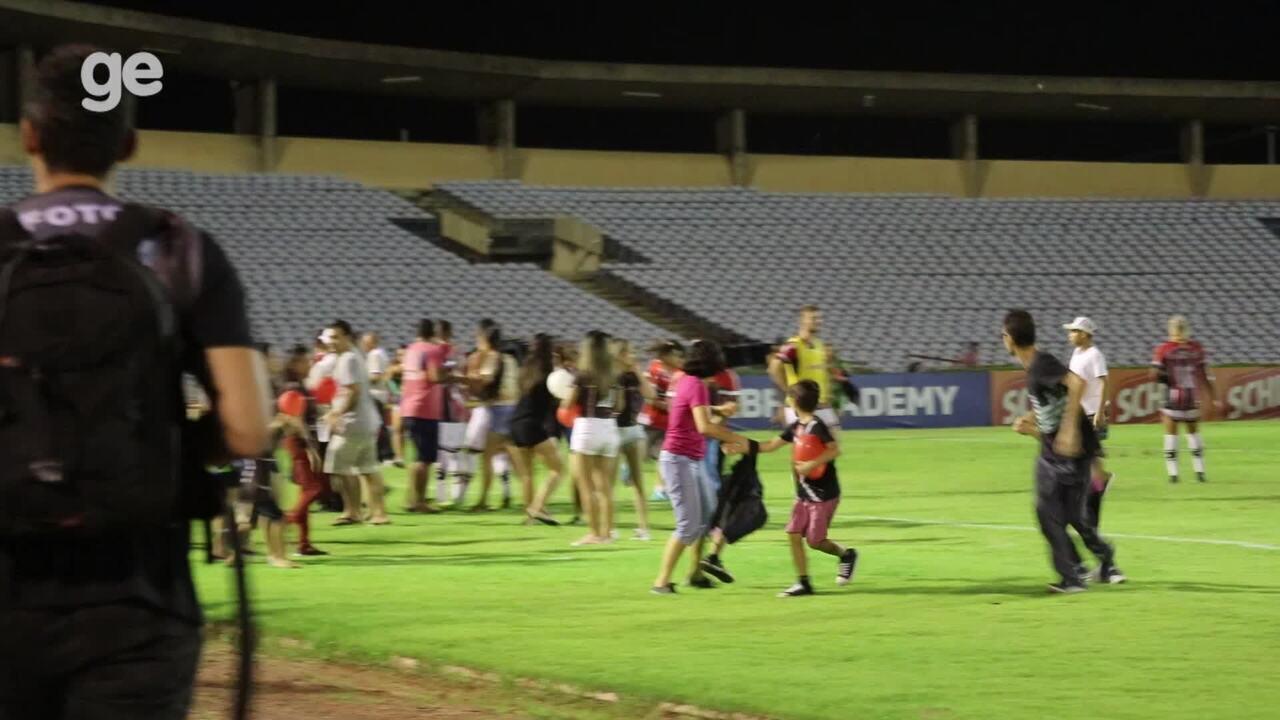 Mulheres e crianças fogem de confusão nas arquibancadas e entram no gramado do Albertão
