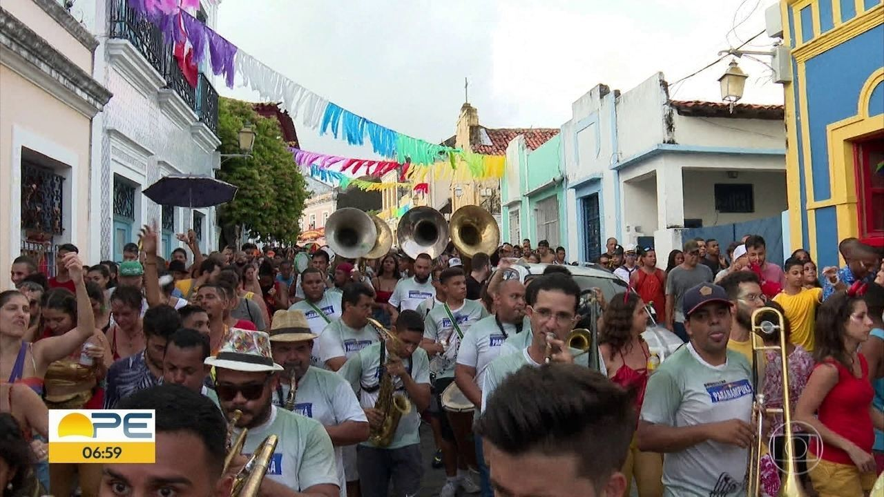 Foliões aquecem ladeiras de Olinda em ensaios carnavalescos