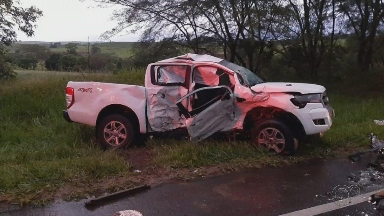 Acidente entre carro e caminhonete deixa dois mortos e feridos em rodovia de Quintana