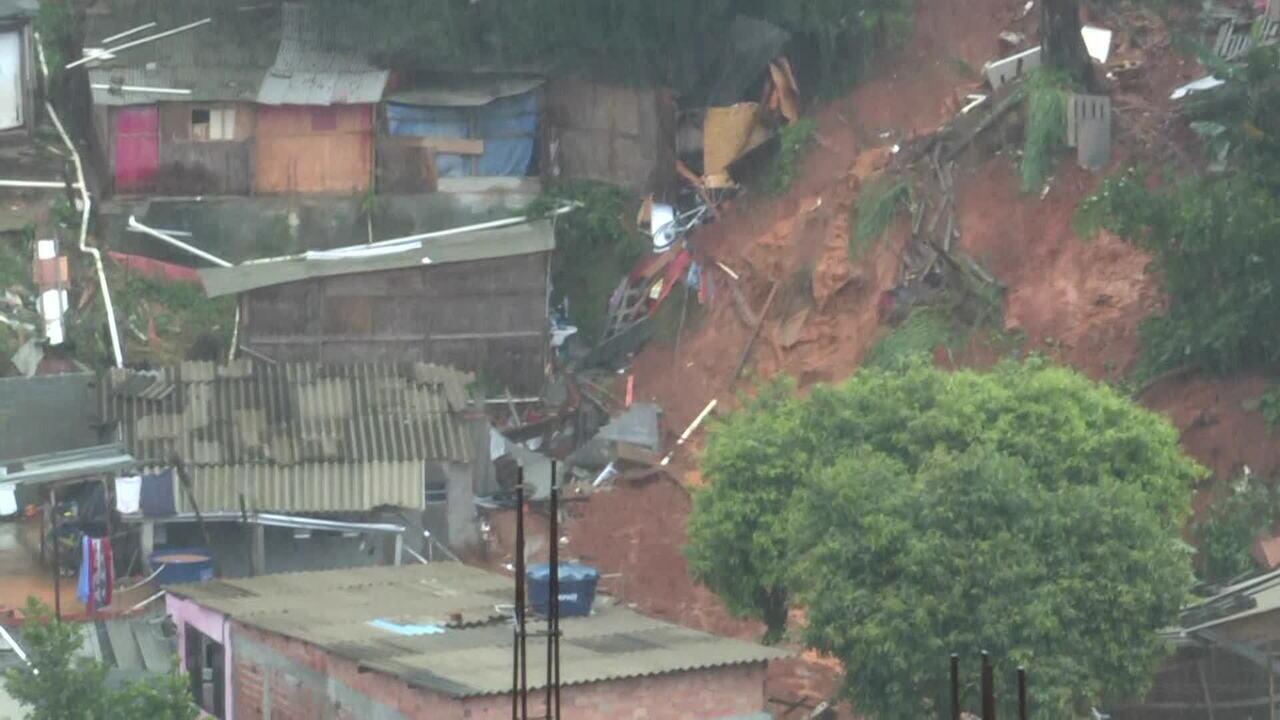 Menino soterrado em deslizamento em Osasco é resgatado com vida
