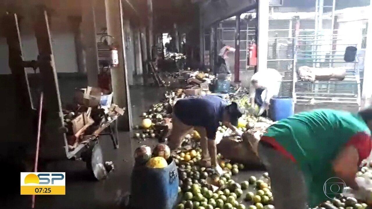 Comerciantes da Ceagesp contabilizam prejuízo após temporal