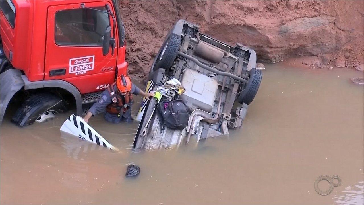 Chuva abre cratera na pista e 'engole' veículos em Júlio Mesquita; uma pessoa morreu