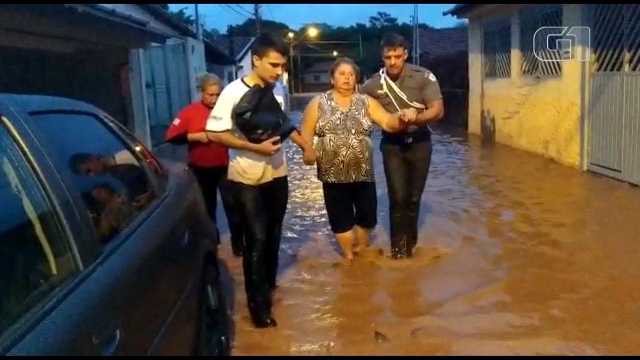 Rio Jaú transborda e deixou ruas alagadas e famílias desabrigadas