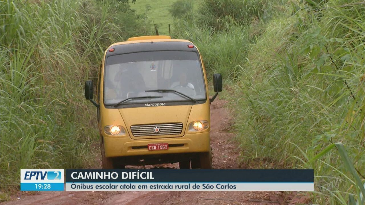 Ônibus escolar atola em estrada rural de São Carlos