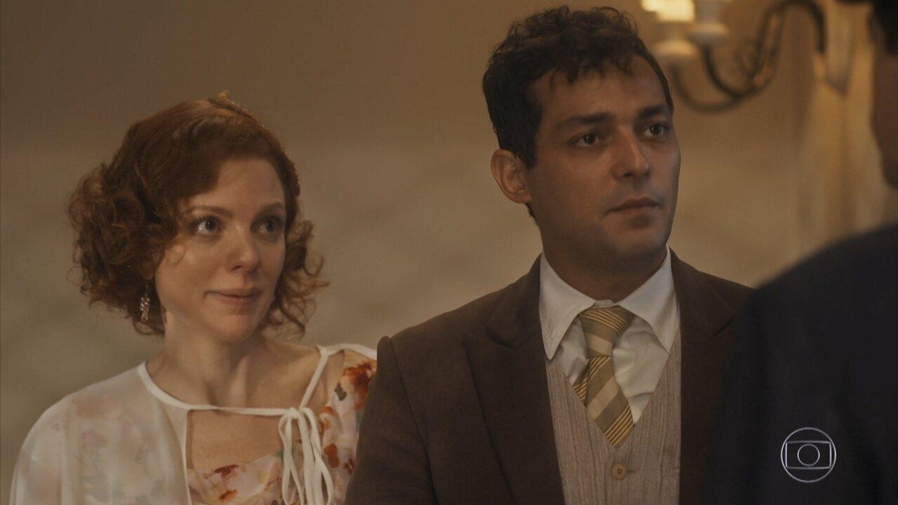 Zeca e Olga buscam informações de Clotilde na estação