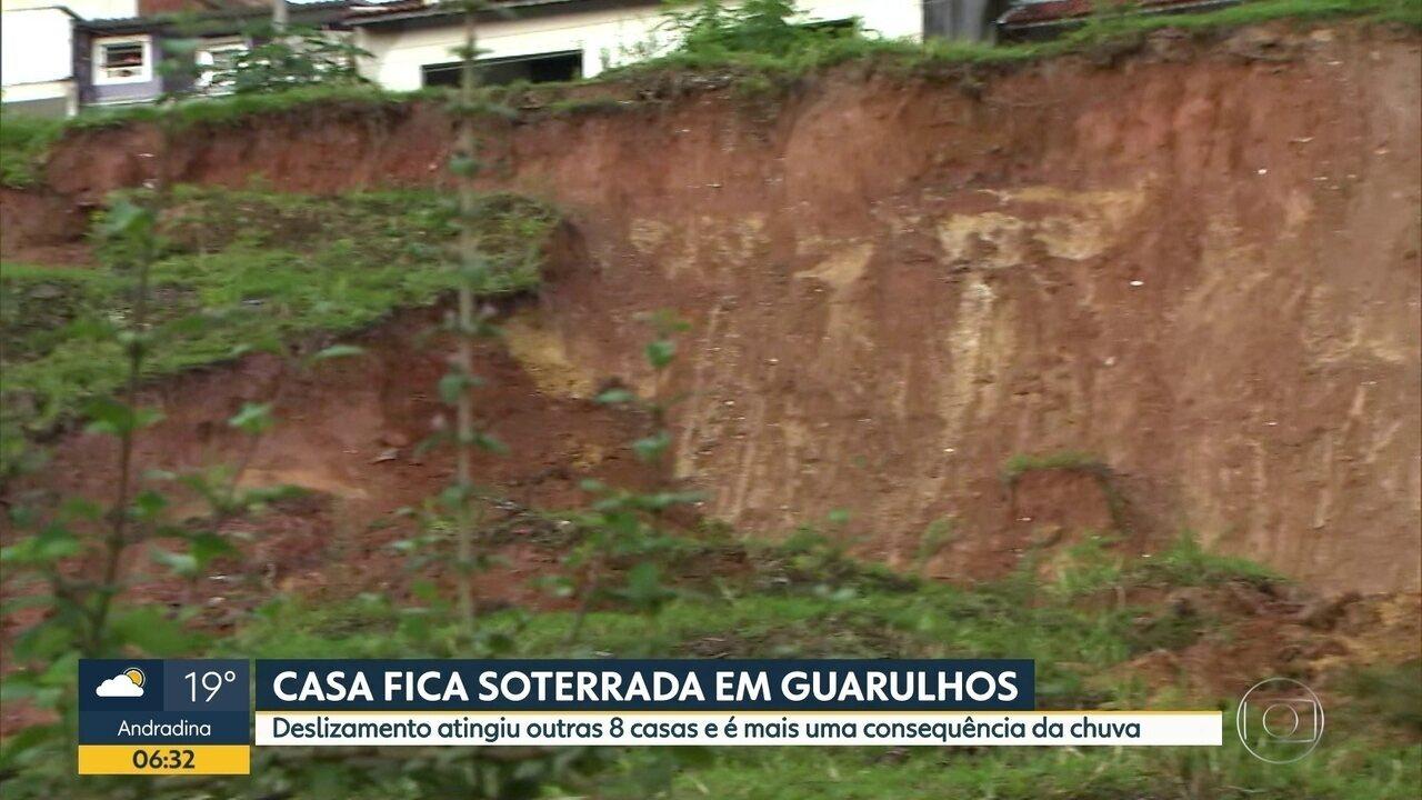 Casa é soterrada em Guarulhos; deslizamento de terra aingiu oito imóveis