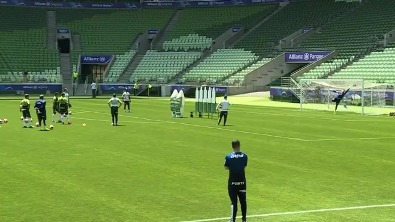 Gabriel Menino brilha em treino de faltas do Palmeiras