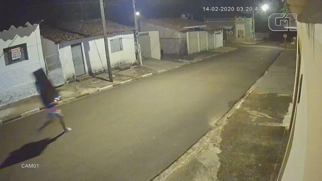 Vídeo mostra ladrão correndo pela rua com TV furtada de projeto em Restinga, SP