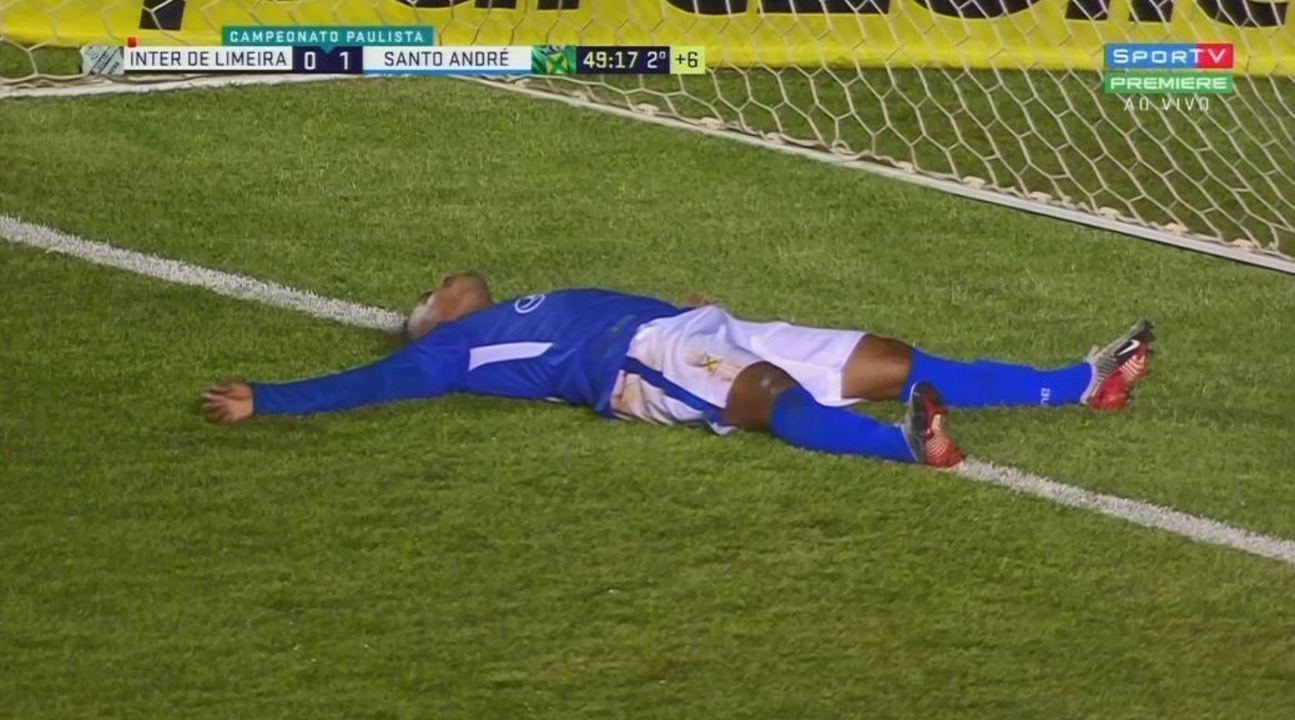 Fernandinho, livre de marcação e sem Rafael Pin no gol, manda para fora aos 49' do 2º