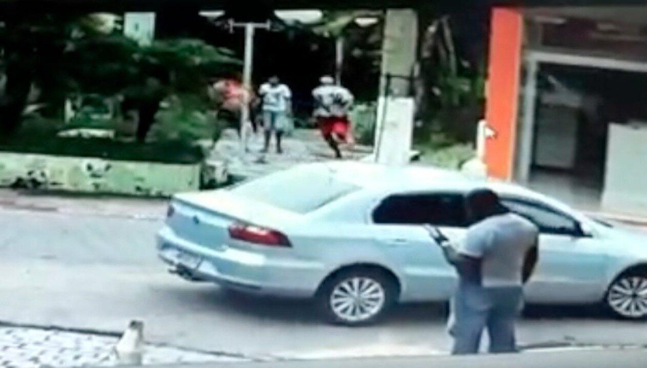 Vídeo mostra jovem fugindo da polícia e pulando no rio algemado em Santo Antônio de Pádua