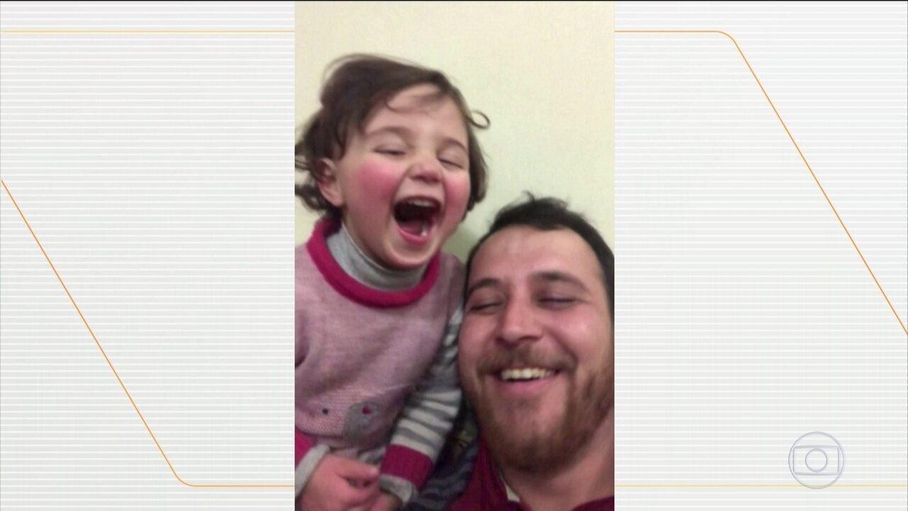 Pai sírio finge que explosões são bombas são fogos de artifício para animar filha