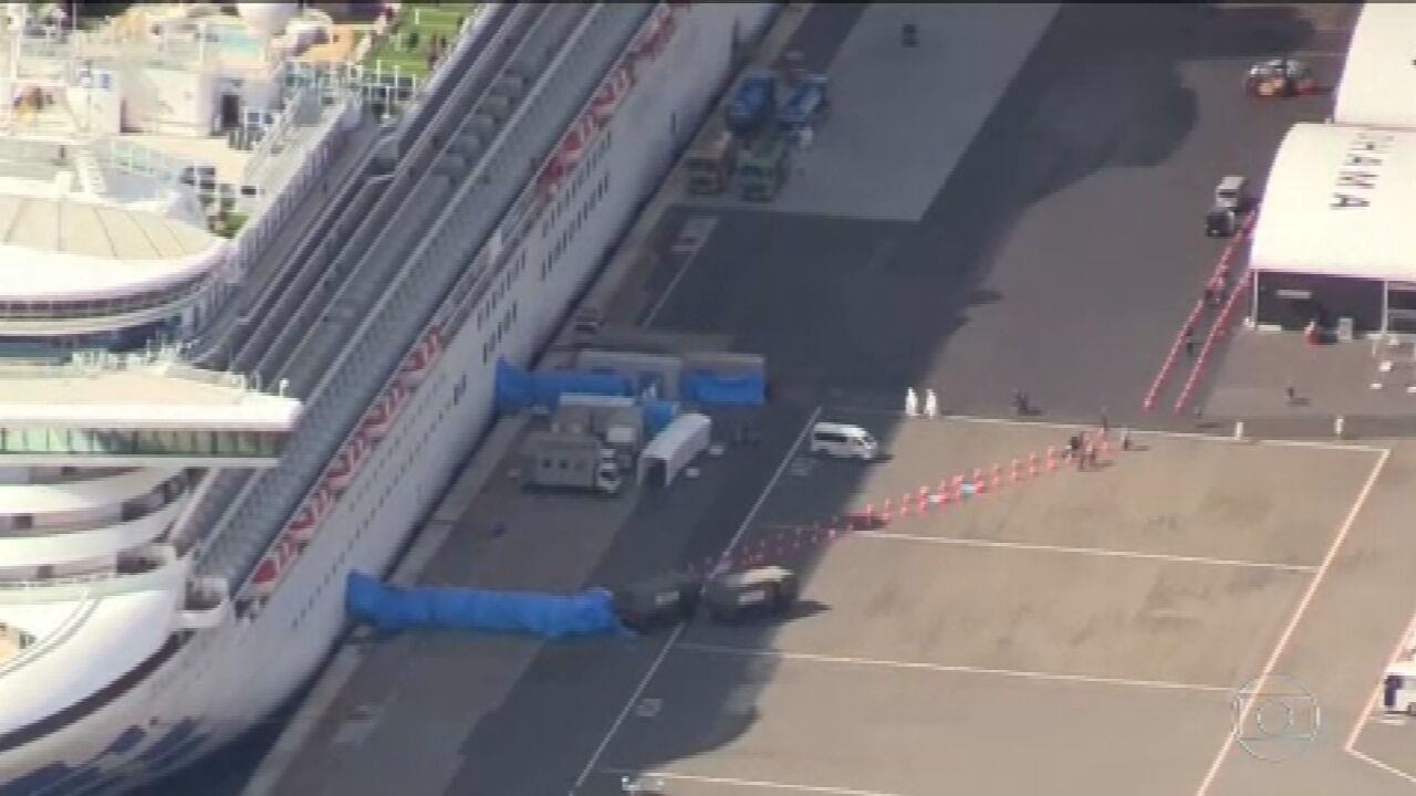Passageiros desembarcam de navio isolado por causa do coronavírus, no Japão