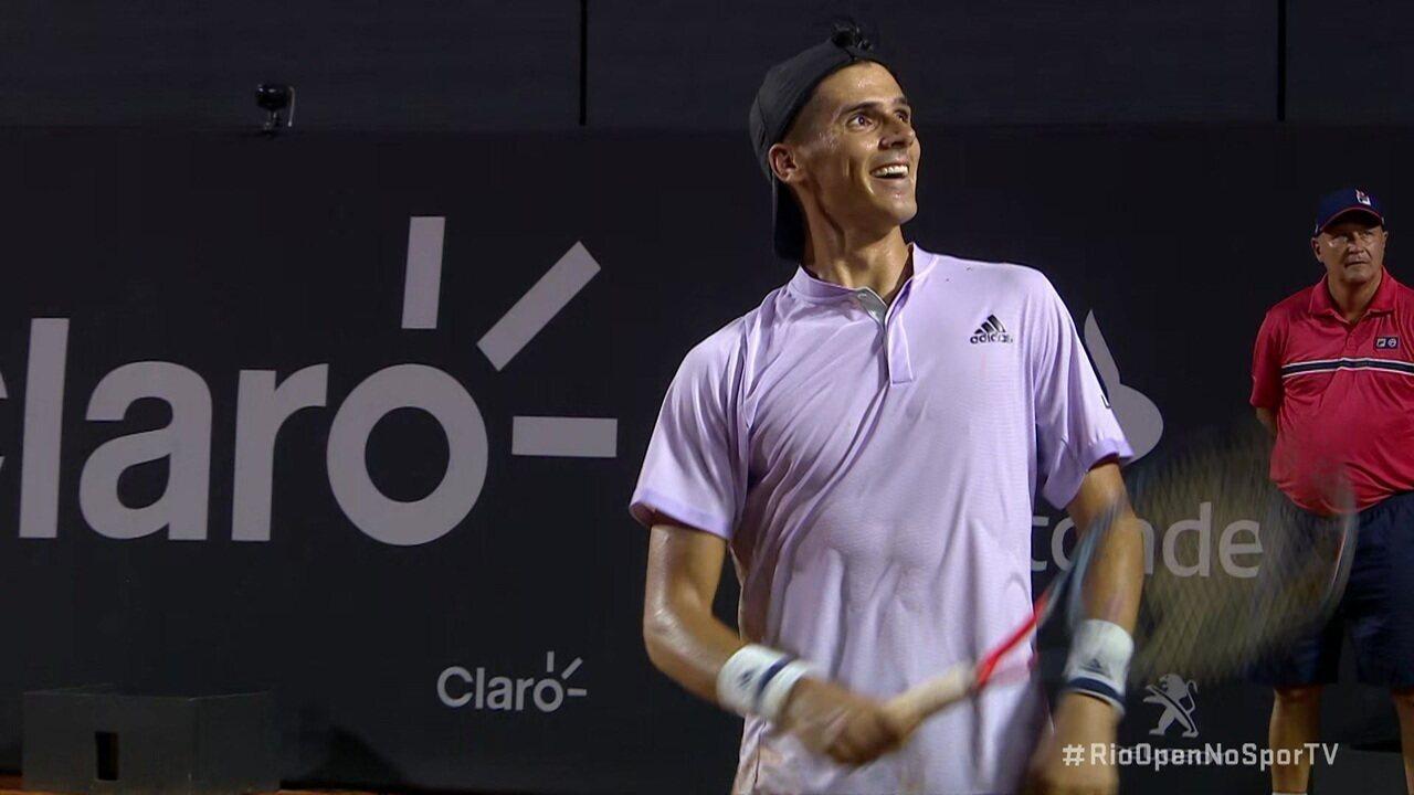 Federico Coria comemora vitória, mas desafio eletrônico marca bola dentro e frustra tenista argentino no Rio Open