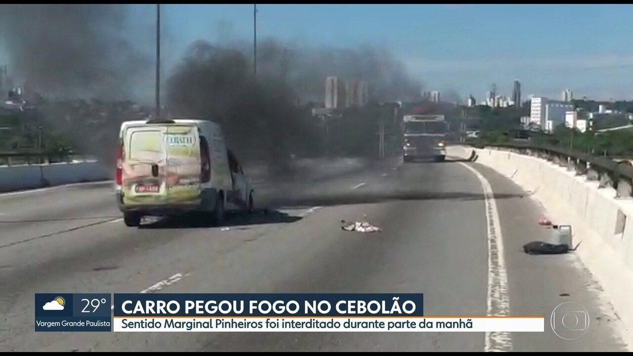 Incêndio em carro no Cebolão complica o trânsito em São Paulo