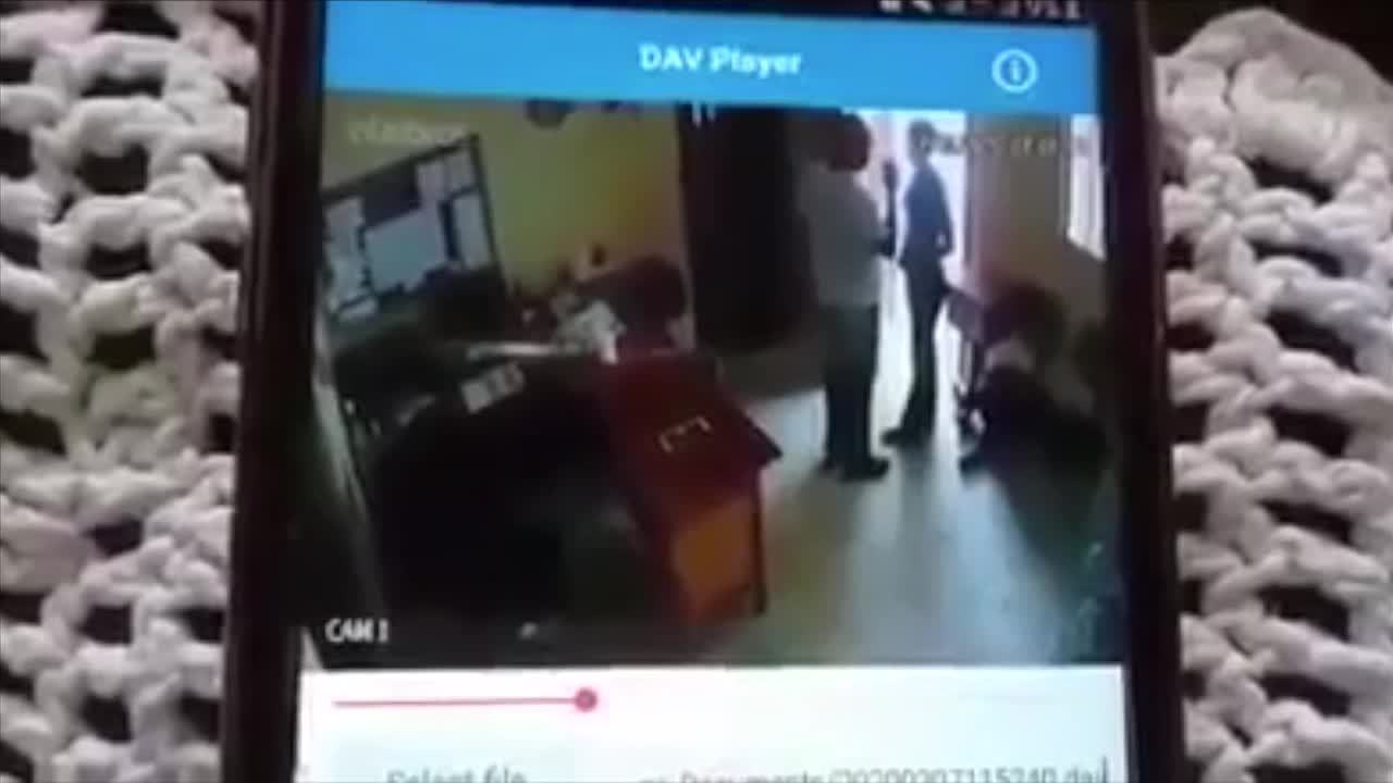 Vídeo mostra padre dando tapa na bunda de mulher