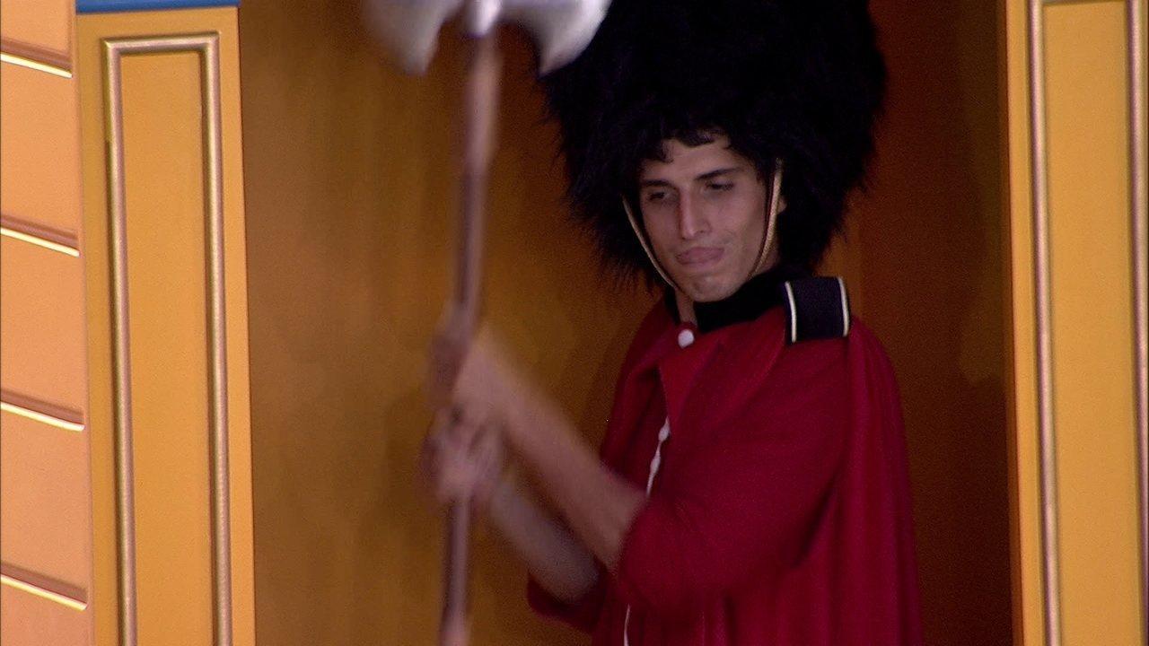 Felipe faz barulho, e brinca: 'Se eu não durmo, ninguém dorme'