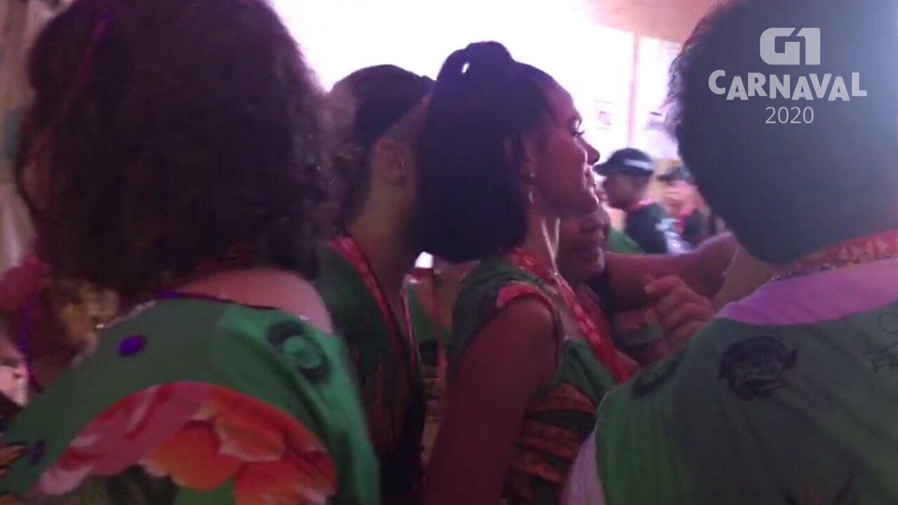 Atriz Bruna Marquezine deixa camarote e é tietada por fãs no carnaval de Salvador