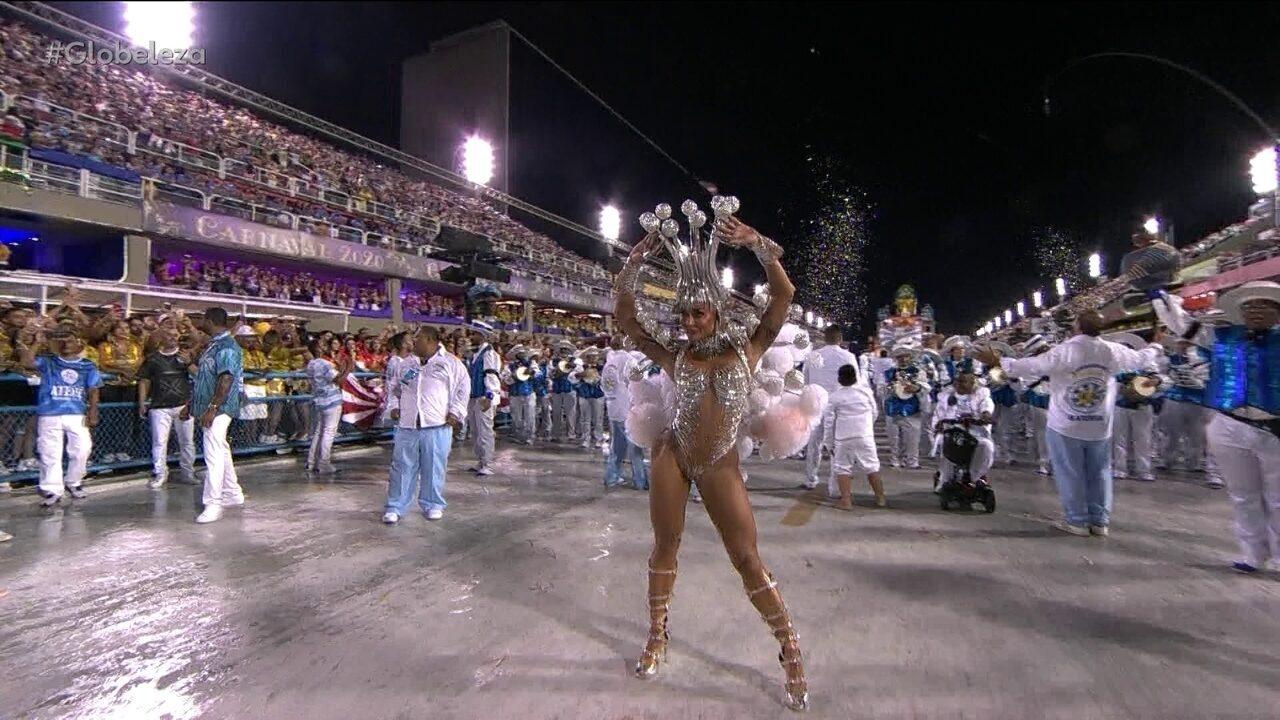 Ritmistas da Swingueira de Noel fazem 'paradinha' para rainha de bateria sambar