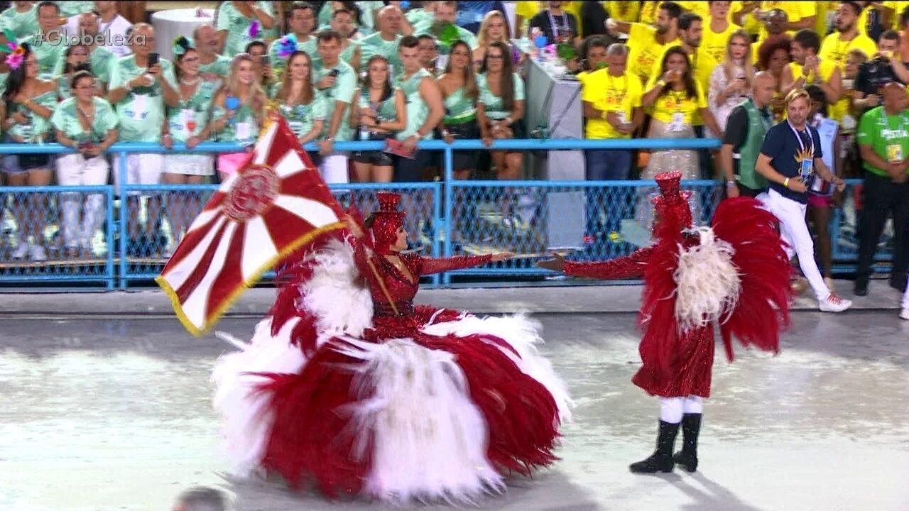 Primeiro casal do Salgueiro homenageia mestres de cerimônia de circos em fantasias