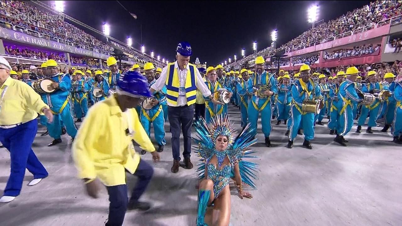 Lexa cai durante desfile da Unidos da Tijuca