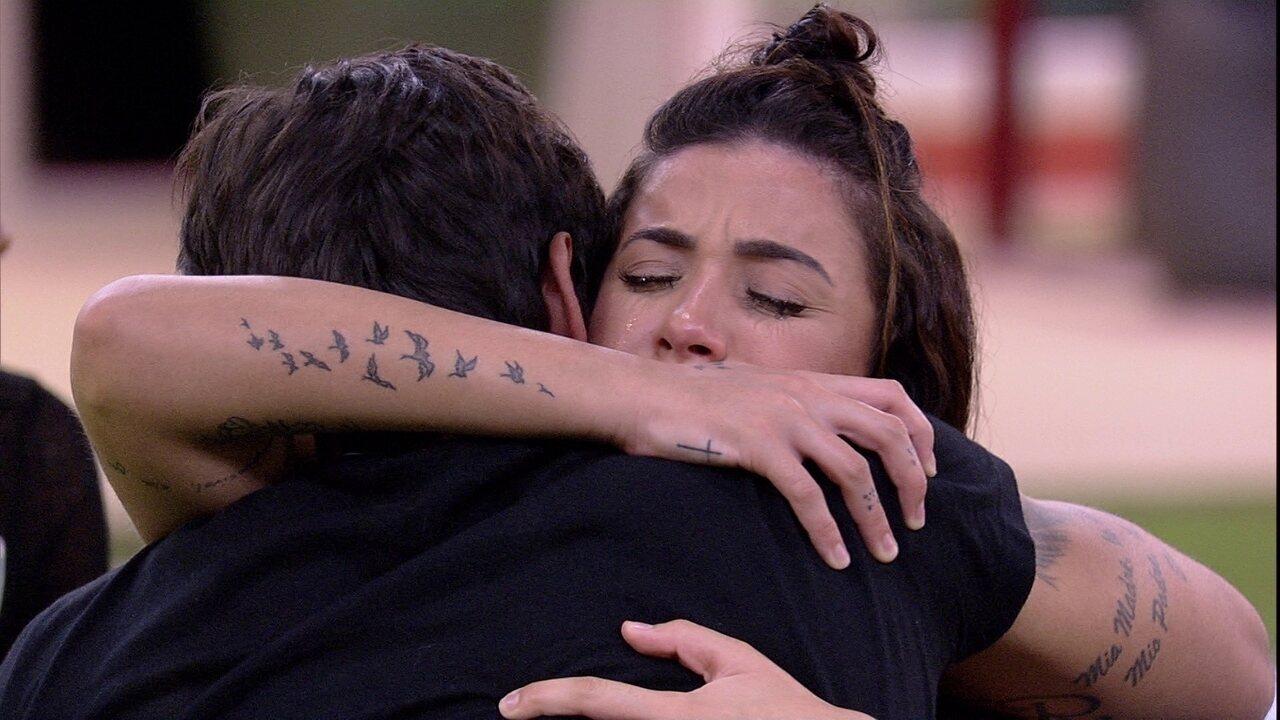 Bianca chora e é consolada por Guilherme