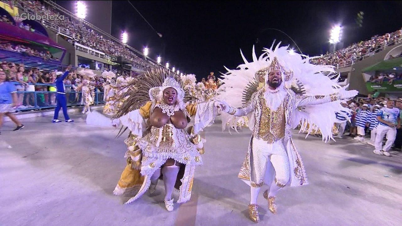 Jojo Todynho desfila fantasiada de Chica da Silva com os seios à mostra na Sapucaí